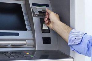 Rút tiền từ thẻ tín dụng nhặt được, trộm cắp hay chiếm giữ tài sản trái phép?