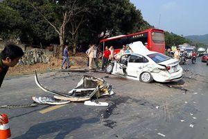 Hòa Bình: Xe khách và ô tô con đâm nhau kinh hoàng, 2 bố con nguy kịch