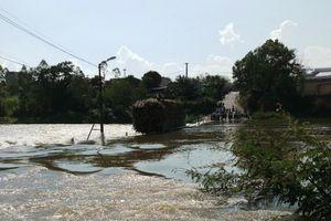 Cứu tài xế xe mía mắc kẹt giữa đập thủy điện xả lũ, một chiến sĩ công an bị nước cuốn trôi