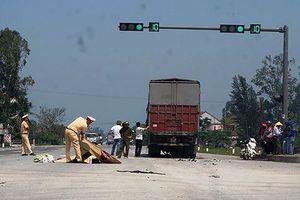 Xe tải cuốn xe máy vào gầm, 1 người chết, 1 người nguy kịch