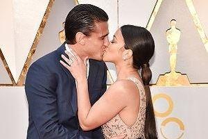 Các cặp đôi trao nụ hôn 'thiêu cháy' thảm đỏ Oscar 2018