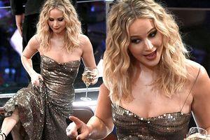 Jennifer Lawrence kéo váy trèo qua ghế ở lễ trao giải Oscar