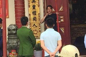 Cầm gậy, múa dao dọa tự tử trước cửa đền Tà Phủ