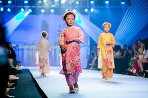 Con gái hoa hậu Ngọc Diễm diện áo dài do Ngọc Hân thiết kế, kiêu sa catwalk