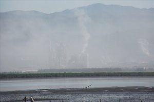 Bụi ximăng tấn công khu đô thị bên bờ vịnh Cửa Lục