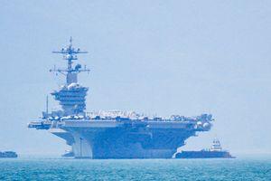 Tàu sân bay USS Carl Vinson thả neo ở cảng Tiên Sa