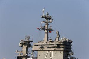 Cờ đỏ sao vàng bay trên nóc siêu tàu sân bay Mỹ ở cảng Tiên Sa