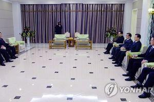 Ông Kim Jong Un lần đầu ăn tối với đặc phái viên Hàn Quốc