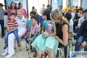 Thủy thủ tàu sân bay Mỹ thăm làng trẻ SOS, bệnh nhân tâm thần