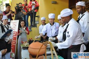 Đầu bếp tàu USS Carl Vinson trải nghiệm nấu món Việt