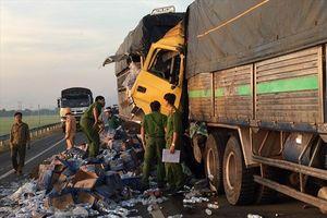 Lao vào xe tải bị nổ lốp giữa đường, 1 người chết, 1 người trọng thương