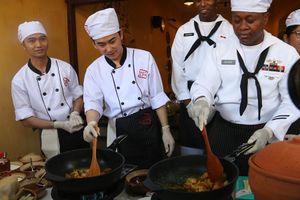 Hải quân Hoa Kỳ trổ tài nấu mỳ Quảng