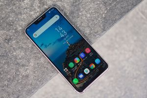 Ảnh thực tế 'iPhone X chạy Android' của Asus tại Việt Nam