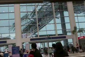 Gió mạnh, mưa lớn làm tốc mái sân bay Trung Quốc