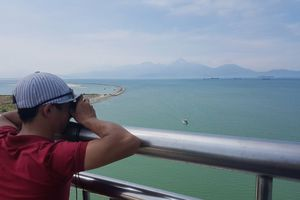 Đội nắng lên cầu 'soi' siêu tàu sân bay Mỹ