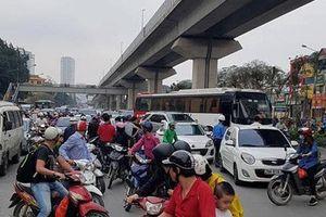 Hà Nội: Tài xế đánh võng ôtô trên đường hành hung công an phường