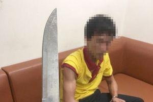 Tài xế taxi rút dao tấn công nhân viên an ninh sân bay Vinh