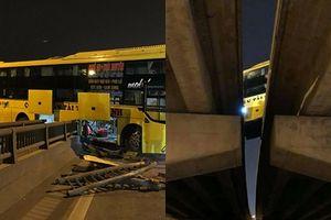 Clip: Hoảng hồn xe khách đâm xuyên thanh chắn, nằm vắt ngang 2 thành cầu