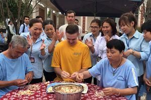 Tàu sân bay Mỹ thăm Việt Nam: Nối vòng tay lớn tại Làng SOS