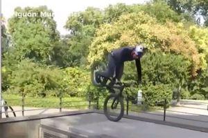 Màn điều khiển xe đạp mạo hiểm nhảy qua người thót tim