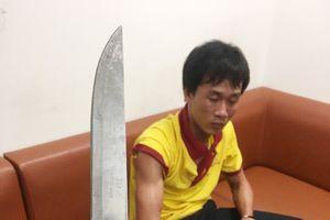 Bị nhắc nhở, tài xế taxi rút dao uy hiếp nhân viên an ninh sân bay