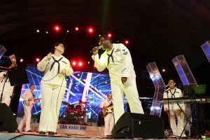 Ban nhạc Hạm đội 7 Hải quân Mỹ 'cháy' hết mình phục vụ người dân Đà Nẵng