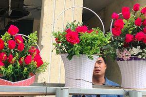 Phận bán hoa: Trăm bó đưa người, còn mình chẳng... bông nào!
