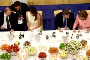 Tổng thống Putin nói gì mà đệ nhất phu nhân Mỹ cười tươi?