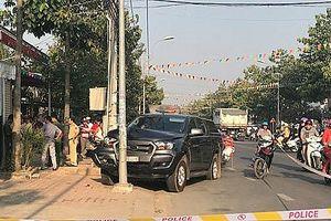 Đồng bọn bị chặn để kiểm tra, tài xế xe bán tải tông thẳng vào cảnh sát