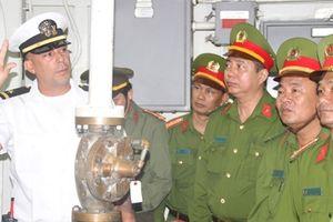 Cảnh sát PCCC TP Đà Nẵng giao lưu, trao đổi kinh nghiệm với thủy thủ tàu sân bay US Carl Vinson (CVN70)