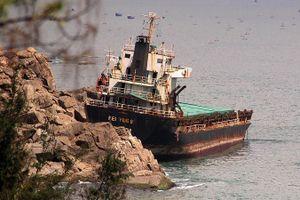 Cắt bán phế liệu 2 tàu 'khủng' nước ngoài mắc cạn