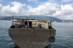 Trục vớt từng phần tàu hàng bị chìm tại vịnh Quy Nhơn trong đợt bão Damrey