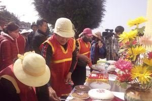 Sôi nổi hội thi giã bánh giày nấu chè kho ở hội Đền Cao