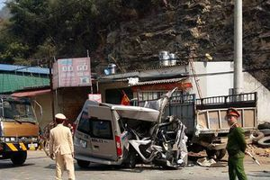Xe du lịch đâm đuôi ôtô tải ở Mộc Châu, 14 người thương vong