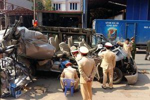 Xe 16 chỗ tông xe tải, 14 người thương vong