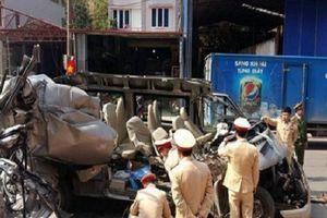 Tai nạn nghiêm trọng: Ô tô 16 chỗ đấu đầu xe tải, 14 người thương vong
