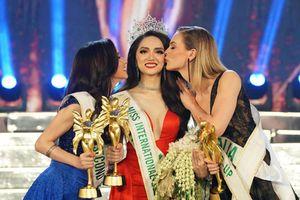 Các tờ báo lớn nhất nhì thế giới đồng loạt đưa tin Hương Giang đăng quang Hoa hậu chuyển giới Quốc tế 2018