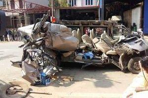 Tông vào xe tải đỗ bên đường, xe du lịch nát bét, 4 người thương vong