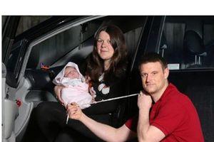 Vợ đẻ trên xe, ông bố dùng dây giày cắt dây rốn cho con