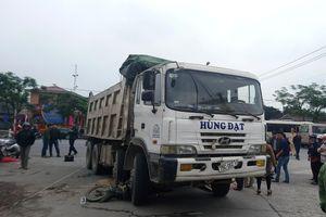 Người phụ nữ bán gạo tử vong tại chỗ dưới gầm xe tải