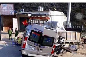 Tai nạn giao thông nghiêm trọng: Xe 16 chỗ đâm xe tải, 2 người tử vong tại chỗ