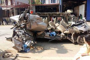 Ôtô chở khách 16 chỗ tông xe tải, 2 người tử vong