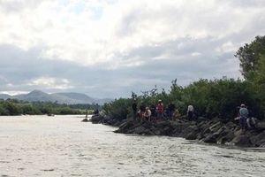 Hơn 600 người tìm 3 học sinh mất tích trên sông Ba