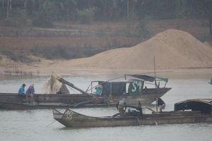 Bắt quả tang 4 thuyền khai thác cát, sỏi trái phép trên sông Hương