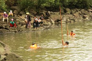 Tìm thấy thi thể 2 học sinh mất tích khi tắm sông Ba