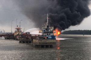 Hải Phòng: Tàu dầu 2000 tấn phát nổ và cháy dữ dội khi đang tiếp dầu