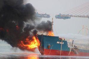8 giờ dập tắt đám cháy tàu chở xăng ở cảng Đình Vũ
