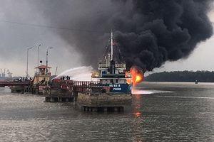 Hải Phòng: Khẩn trương dập tắt đám cháy tàu chở xăng dầu