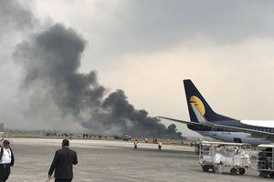 Máy bay bốc cháy khi đang hạ cánh, ít nhất 40 người chết