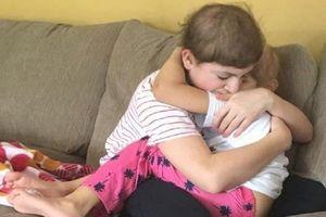 Cái ôm cảm động của anh em cùng chống chọi ung thư